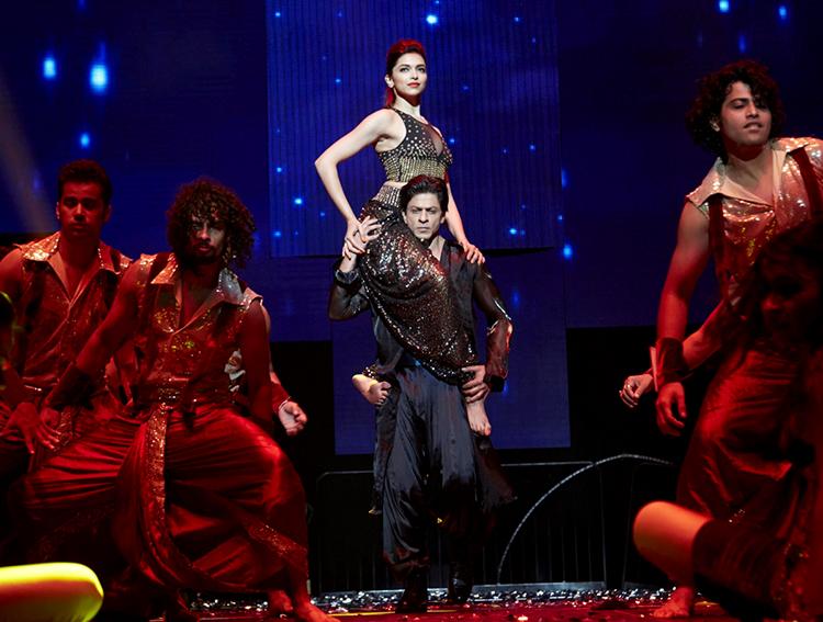 Deepika Padukone performing with Shah Rukh Khan