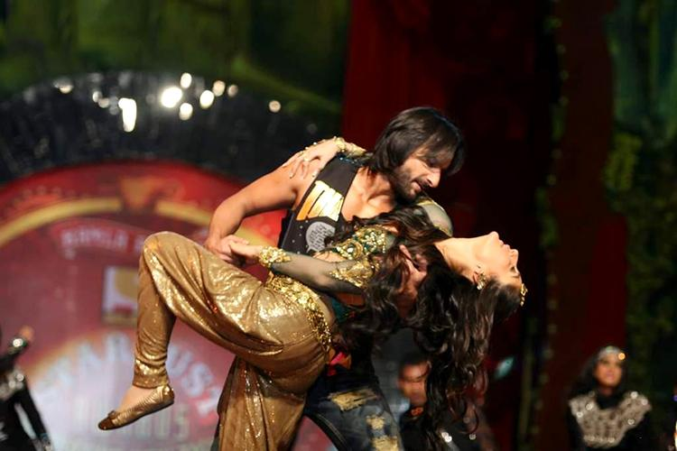 Kareena Kapoor performing with Saif Ali Khan