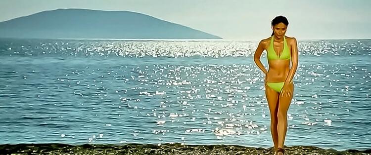 Kareena Kapoor is looking too sexy to handle in this bikini shot