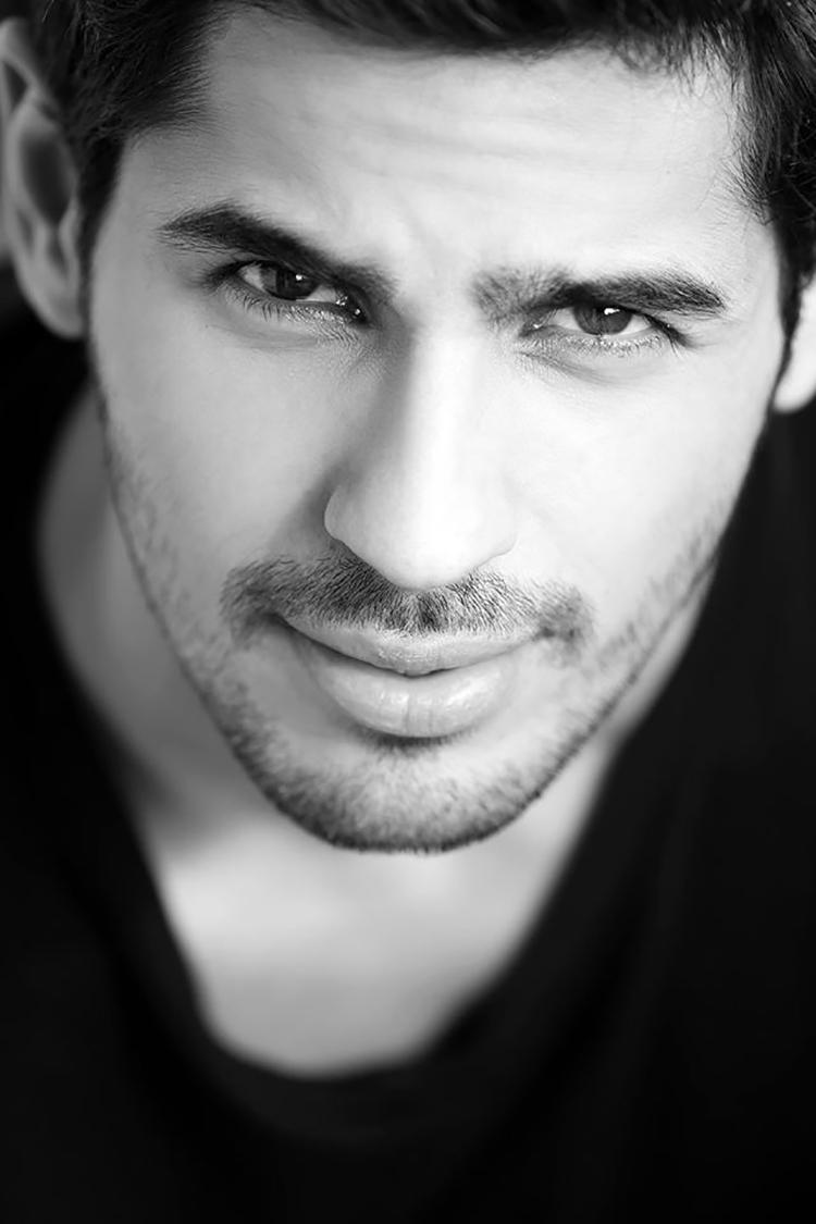 This monochrome Sidharth Malhotra Facebook DP is the upper mark of hotness