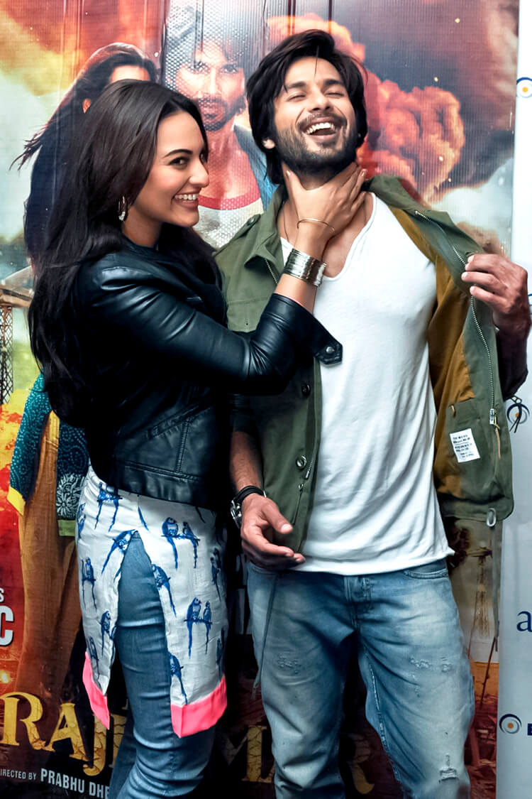 Sonakshi Sinha shares a candid moment with Shahid Kapoor