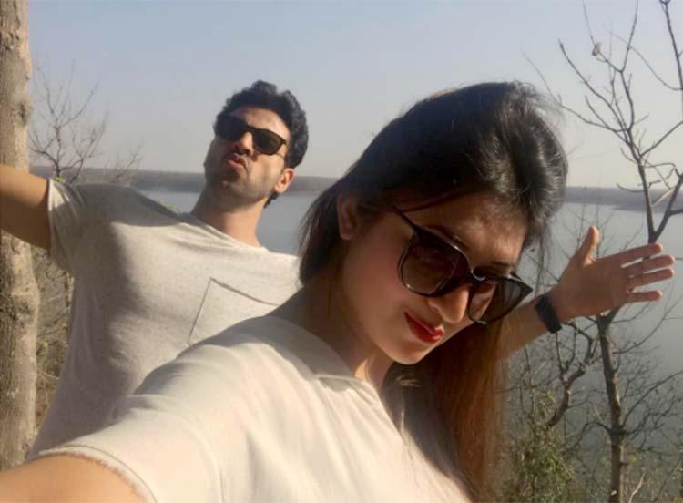 Divyanka Tripathi clicks a selfie with husband Vivek Dahiya