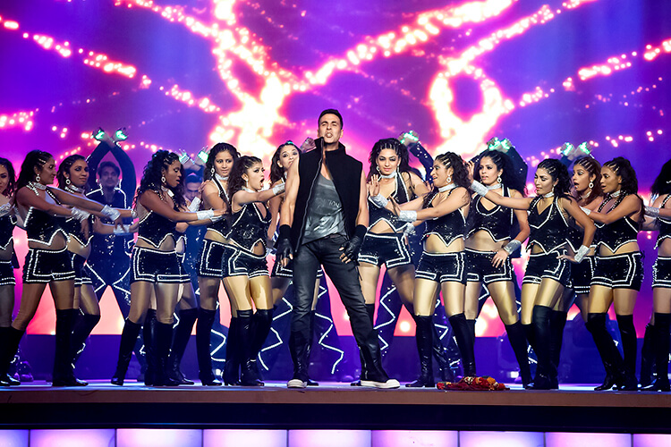 Akshay Kumar performing at Aditya Birla Awards 2015