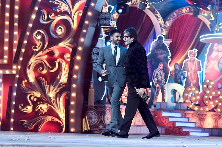 Amitabh Bachchan with Ranveer Singh at Screen Awards 2016