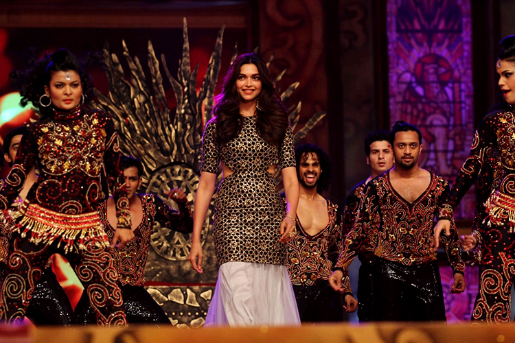 Deepika Padukone performing at the Umang 2015 event