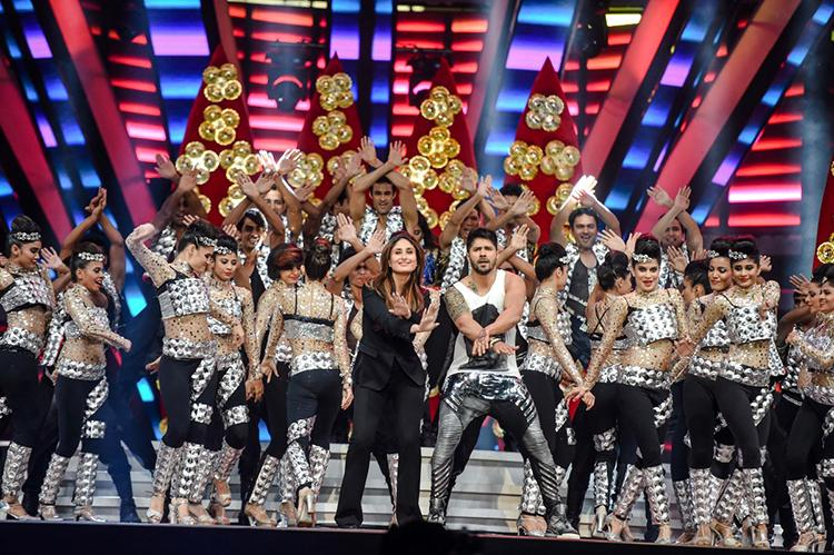 Kareena Kapoor performing with Varun Dhawan