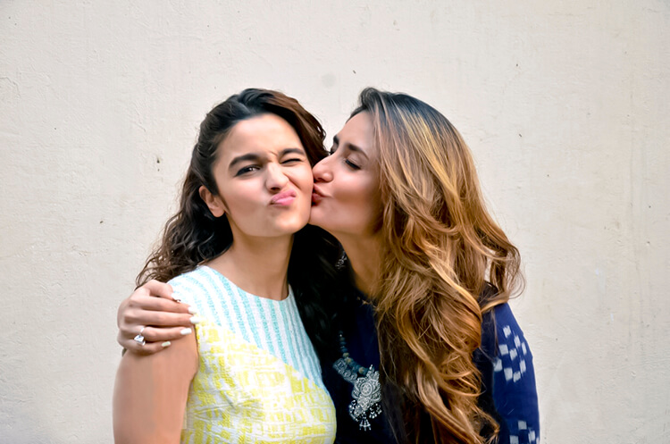 Kareena Kapoor and Alia Bhatt are too cute to handle in this candid frame