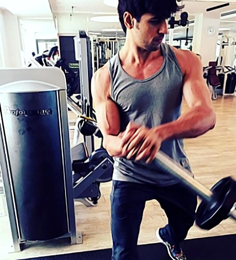 This candid photo of Sidharth Malhotra from the gym is super hot