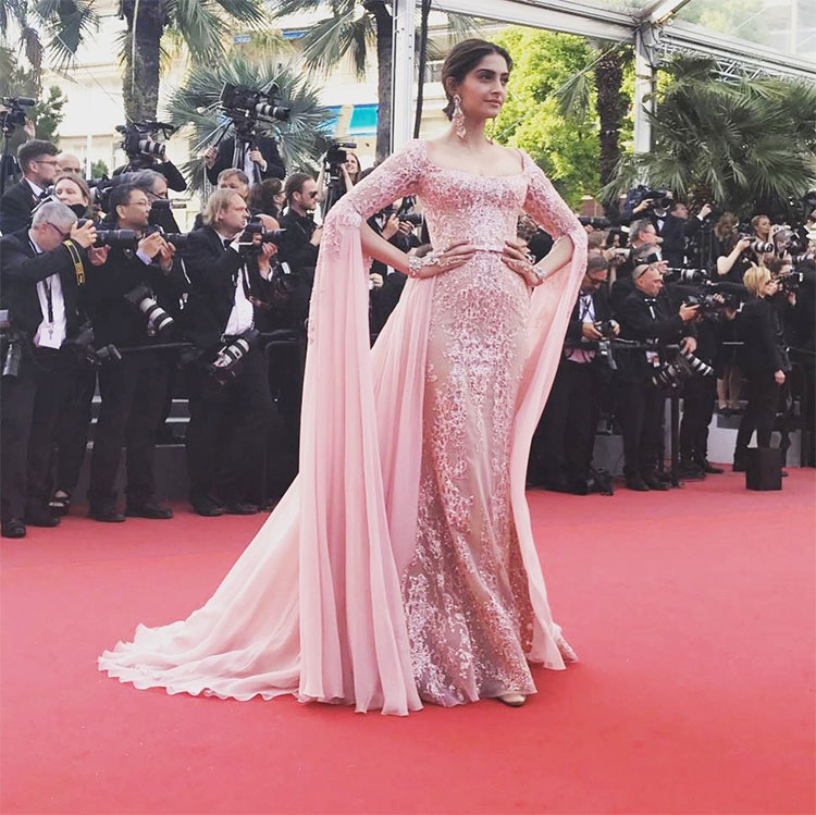 Sonam Kapoor looked stunning at the Cannes red carpet