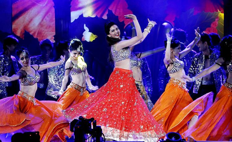 Deepika Padukone sizzling at the International Indian Film Academy Awards 2014