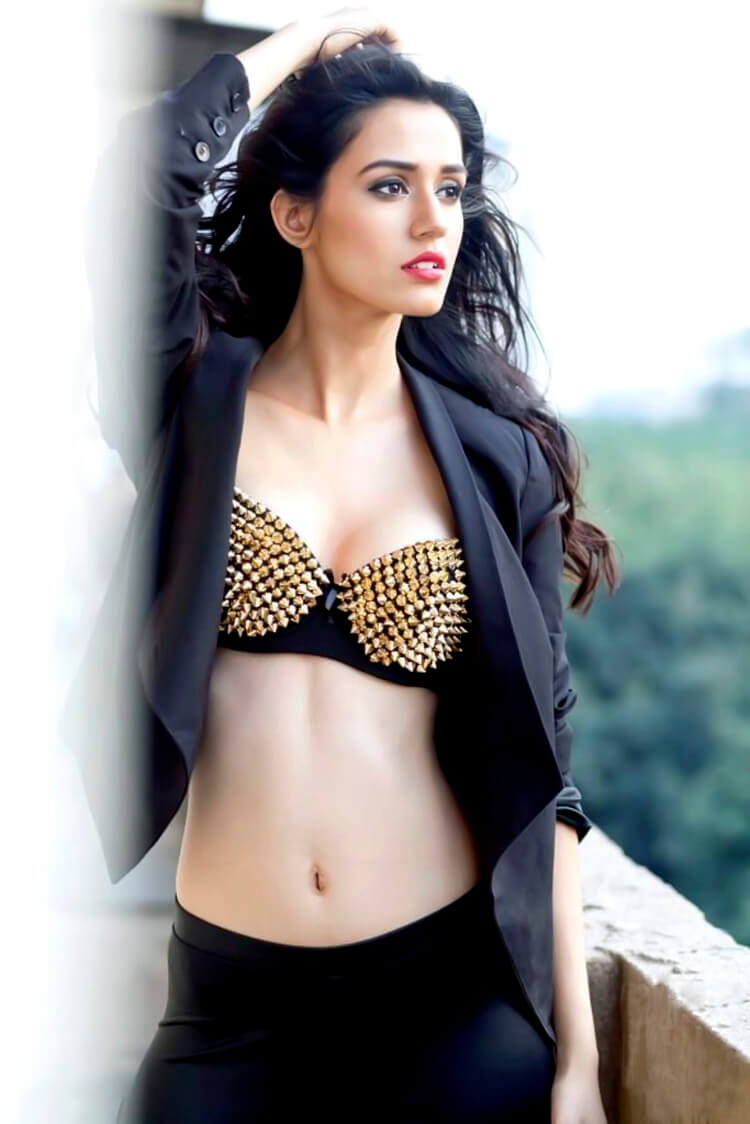 Disha Patani flaunts her sexy belly