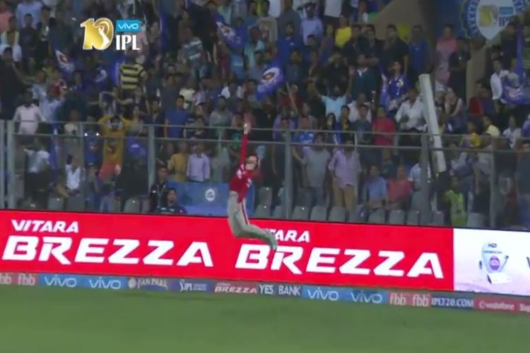 Martin Guptill makes sensational one-handed catch in the IPL