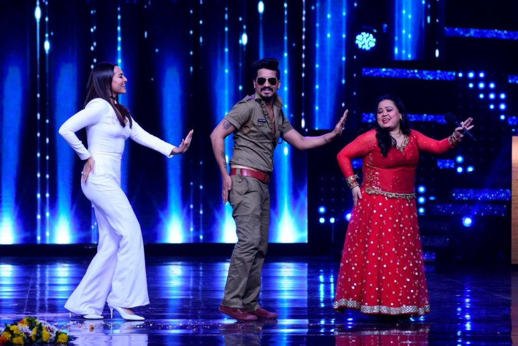 sonakshi-sinha-shaked-a-leg-with-bharti-singh-and-harsh-on-the-sets-of-nach-baliye-2