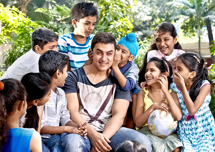 Aamir Khan surrounded with little children is the most beautiful Facebook DP