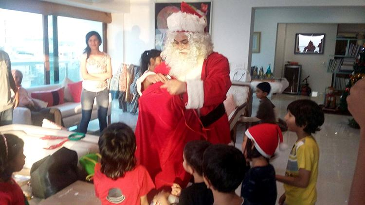 Aamir Khan as Santa Claus in this candid pic is adorable
