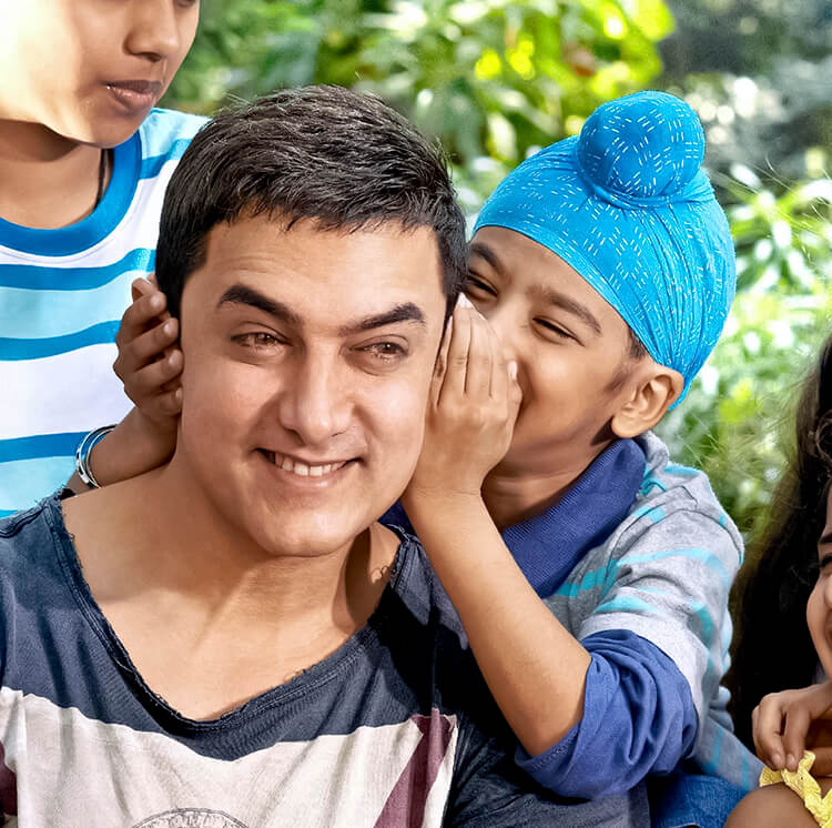 Aamir Khan giving an ear to this little kid is the cutest Facebook DP ever
