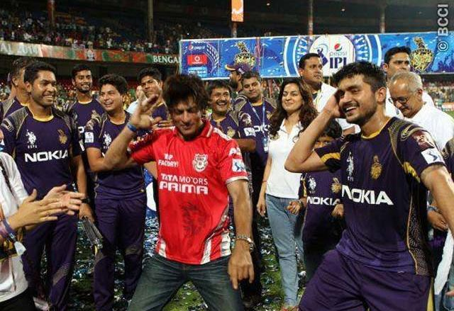 Shah Rukh Khan dances with Manish Pandey