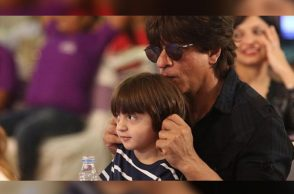 Shah Rukh Khan and AbRam (Courtesy: Twitter/@Kiran004SRKFan)
