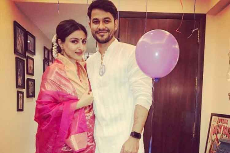 Soha Ali Khan flaunts her baby bump in a saree photo
