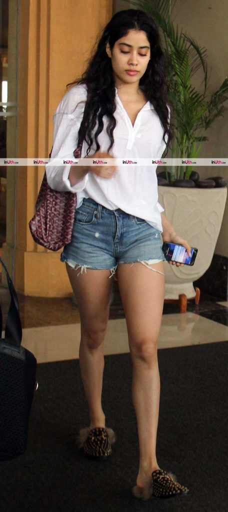 Jhanvi Kapoor's sexy look is perfect for the airport
