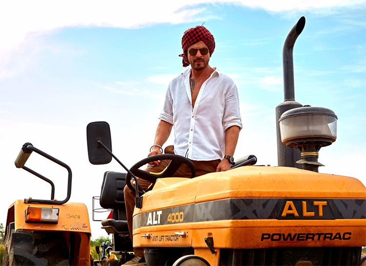 Shah Rukh Khan on a tractor for Jab Harry Met Sejal