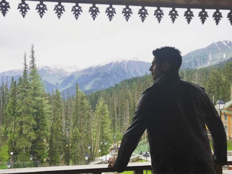 Sidharth Malhotra seeping in the beauty of Kashmir from Aiyaary sets