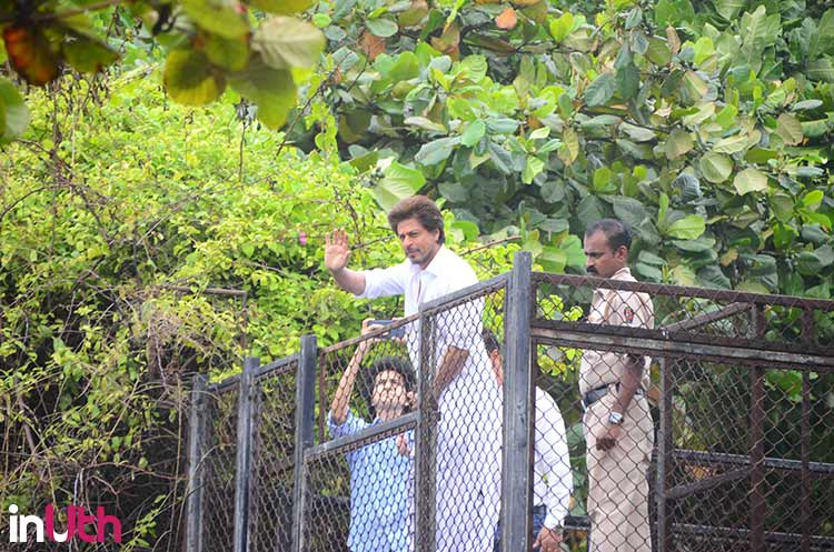 Shah Rukh Khan waving at his fans on Eid-ul-Fitr