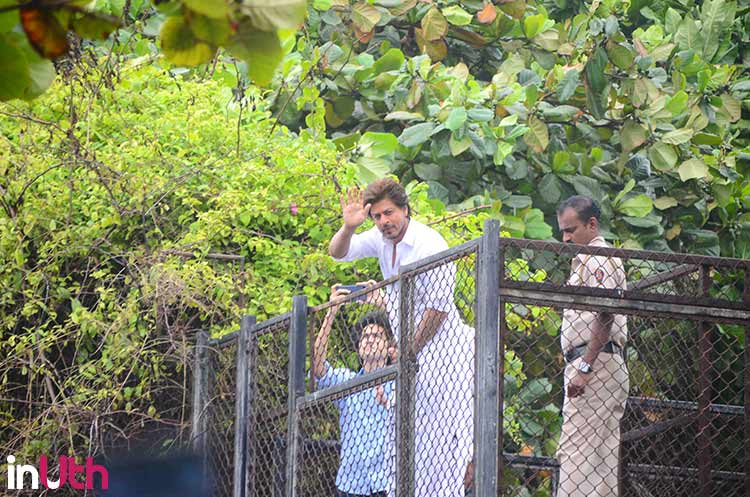 Shah Rukh Khan outside Mannat greeting his fans on Eid