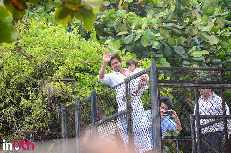 AbRam copies his father Shah Rukh Khan's wave