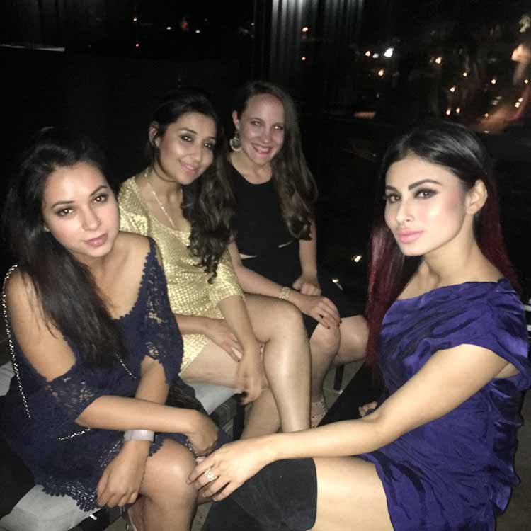 Mouni Roy chilling with her friends in Chicago