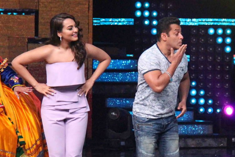 Salman grooves with Sonakshi, Sohail as he promotes Tubelight