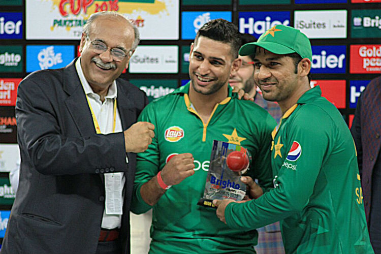 Najam Sethi‏ with Amir Khan and Sarfraz (Photo: Twitter/najamsethi)
