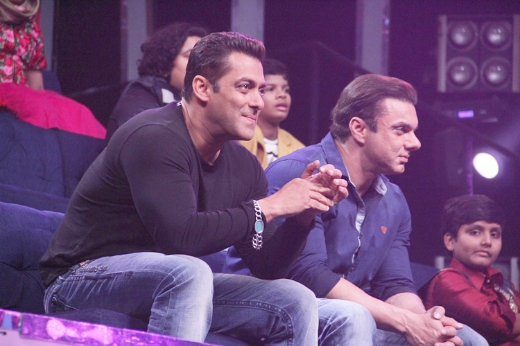 Salman Khan, Sohail Khan promoting Tubelight on the sets of Zee TV`s musical reality Sa Re Ga Ma Pa Li`l Champs (Courtesy: IANS)