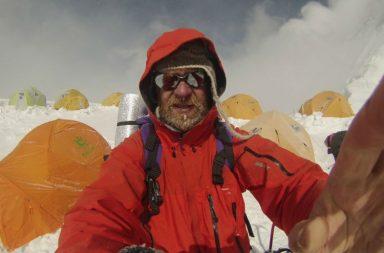 Cancer patient climbs Mt Everest (Photo: Twitter/ IanToothill)