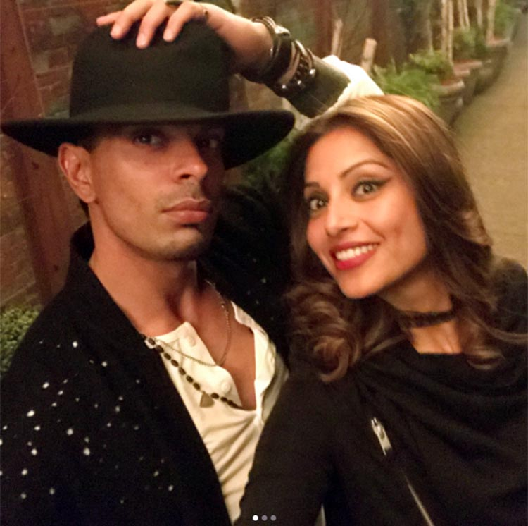Bipasha Basu attempts to take a good selfie with husband in New York City