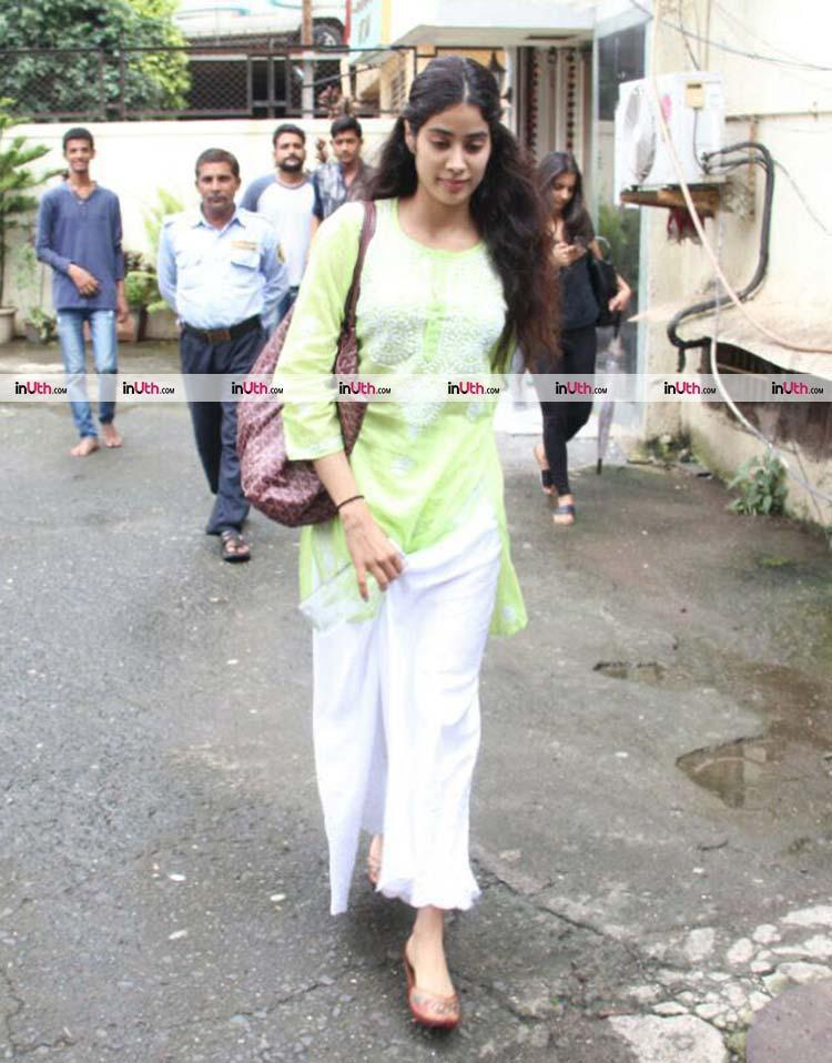 b2574db343 Jhanvi Kapoor spotted | Jhanvi Kapoor looks beautiful in her ...