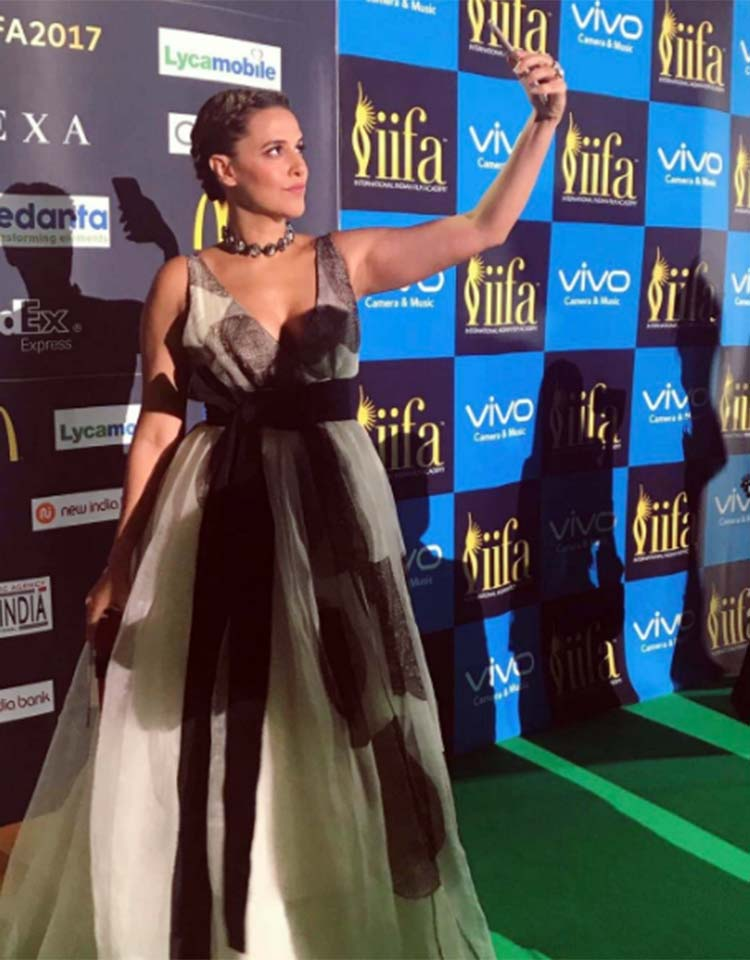 Neha dhupia clicking a selfie on the IIFA 2017 green carpet