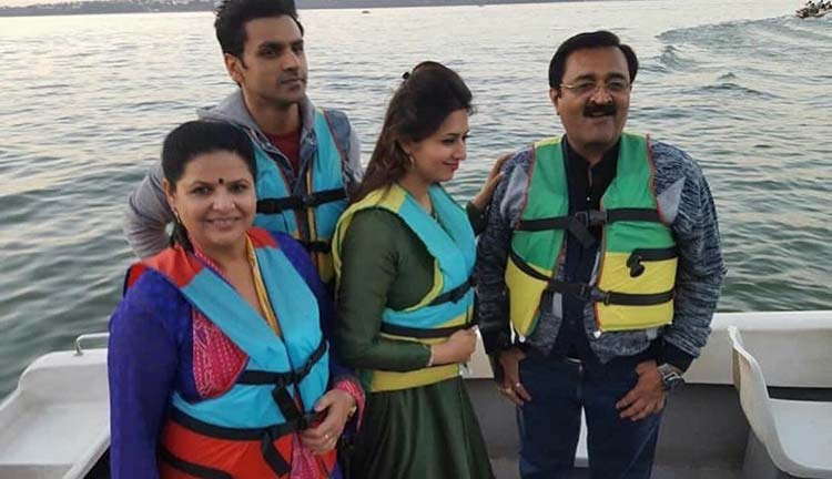 Divyanka Tripathi poses with her family