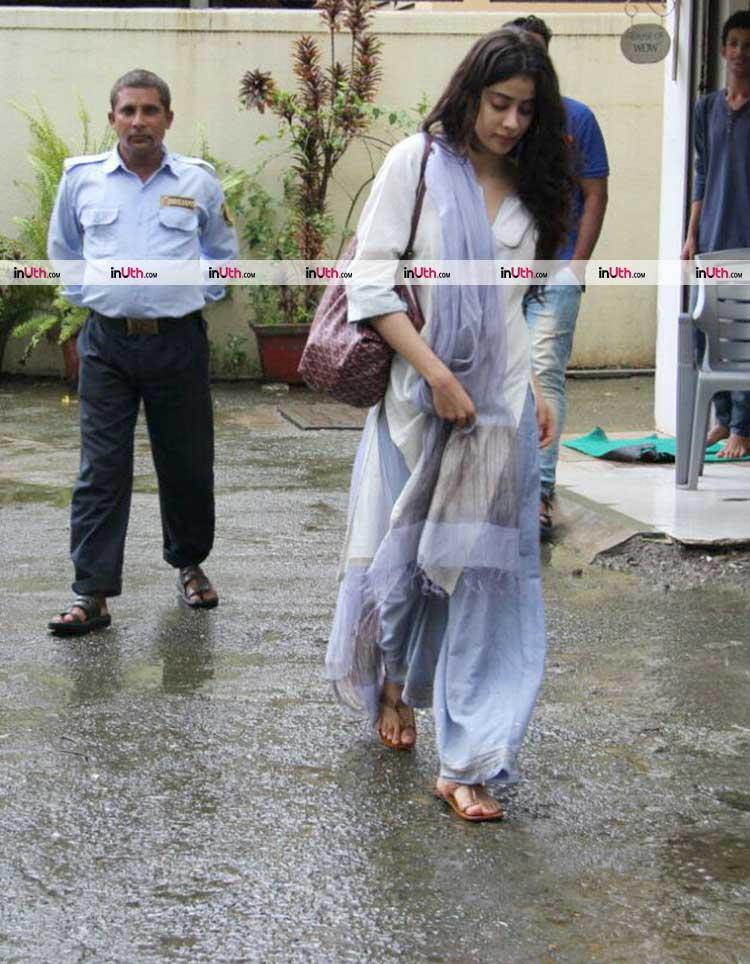 Jhanvi Kapoor strolling in Mumbai