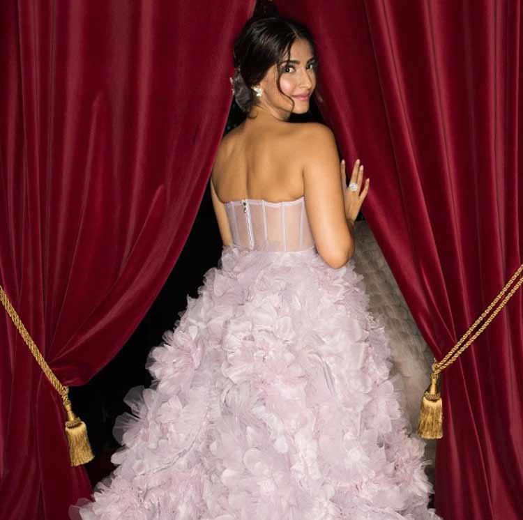 Sonam Kapoor is stunning everyone at the Paris Fashion Week