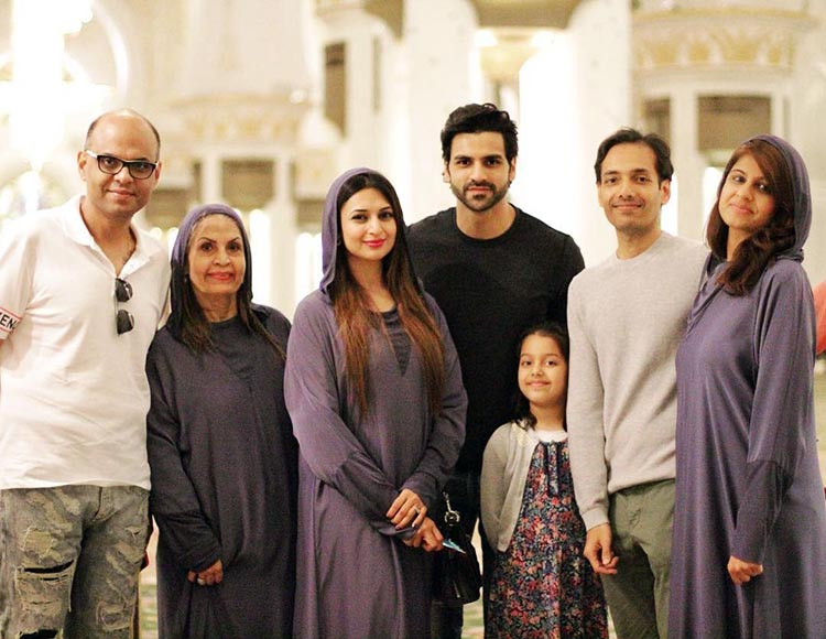 Divyanka Tripathi and Vivek Dahiya in Abu Dhabi with their friends