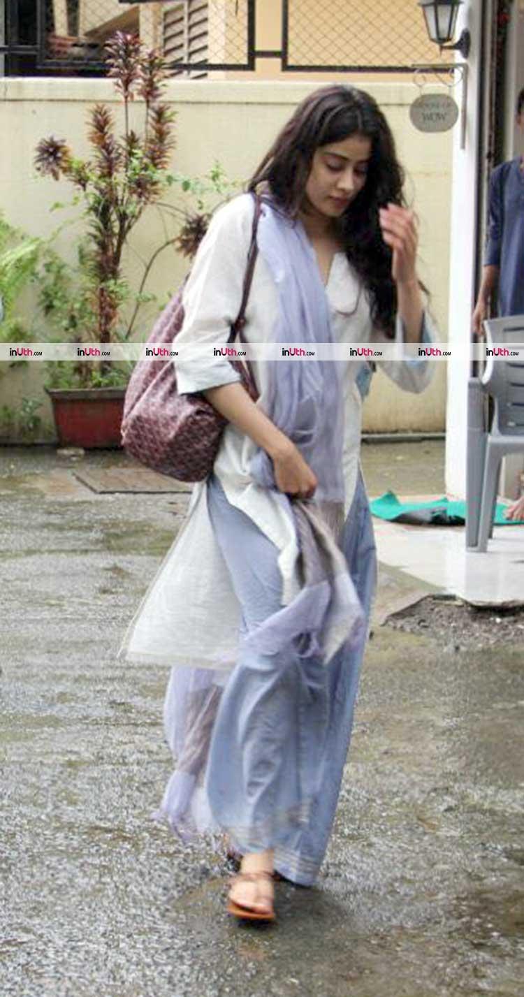 Jhanvi Kapoor spotted walking down the Mumbai streets