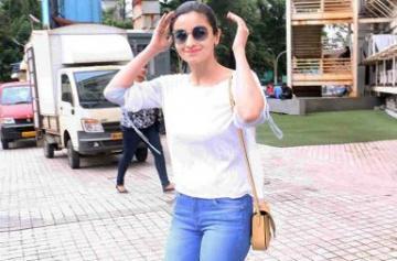 Alia Bhatt spotted in Mumbai photo