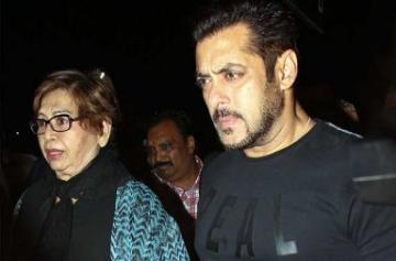 Salman Khan leaves for IIFA 2017 with Helen photo