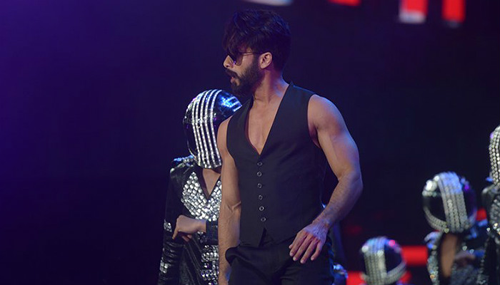 Shahid Kapoor dancing at IIFA 2017