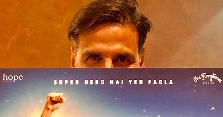 Akshay Kumar posing with the Padman poster