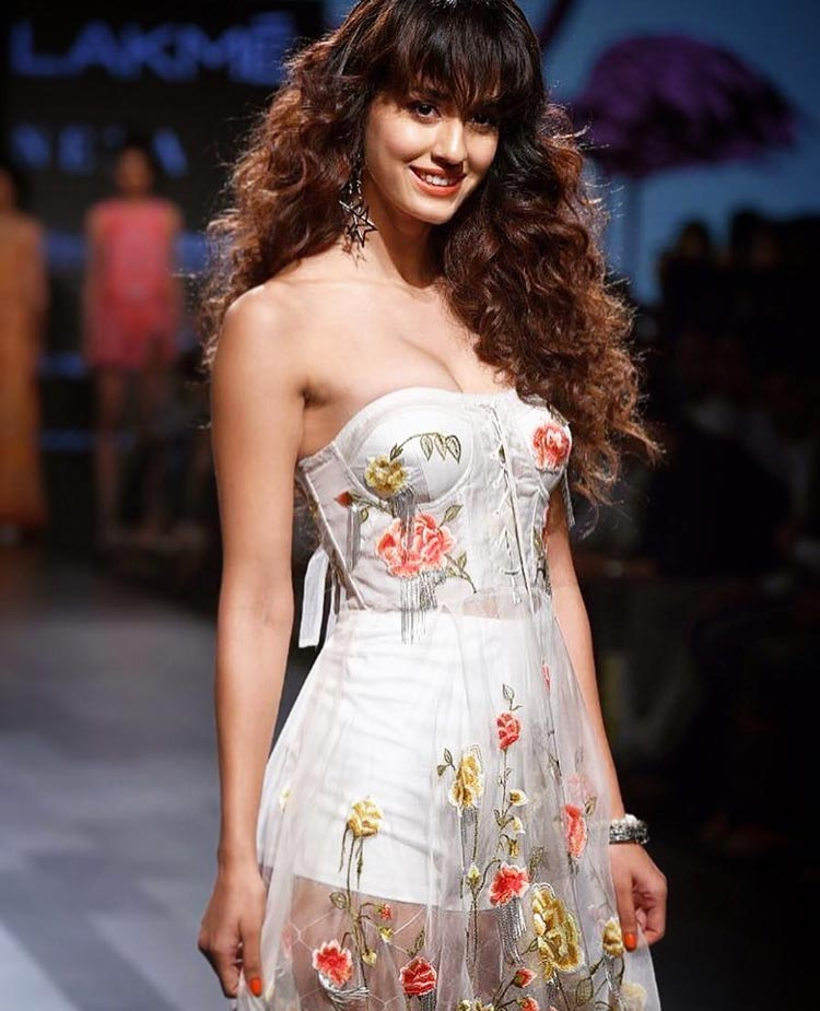 Disha Patani looked like a vision in white at Lakme Fashion Week 2017