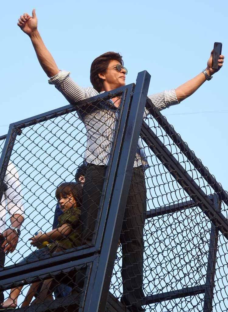 Shah Rukh Khan greeting his fans on birthday with AbRam