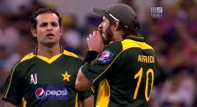 Shahid Afridi biting the ball