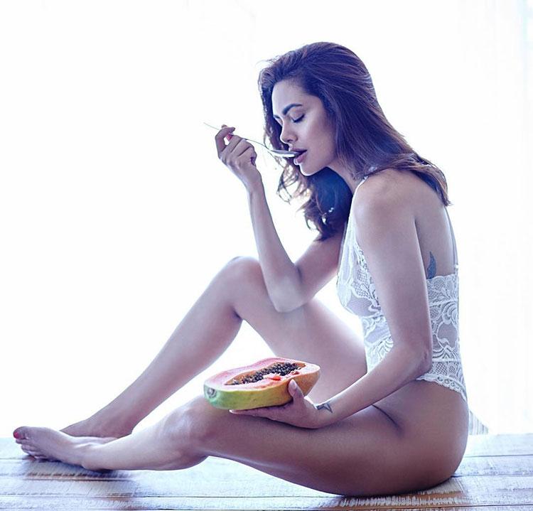 Hot Esha Gupta is having her meal